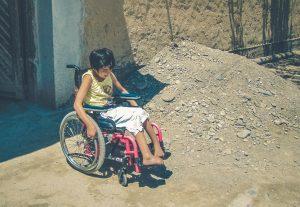 Mädchen in Zentralasien in einem Rollstuhl, Rollstühle geben neue Hoffnung