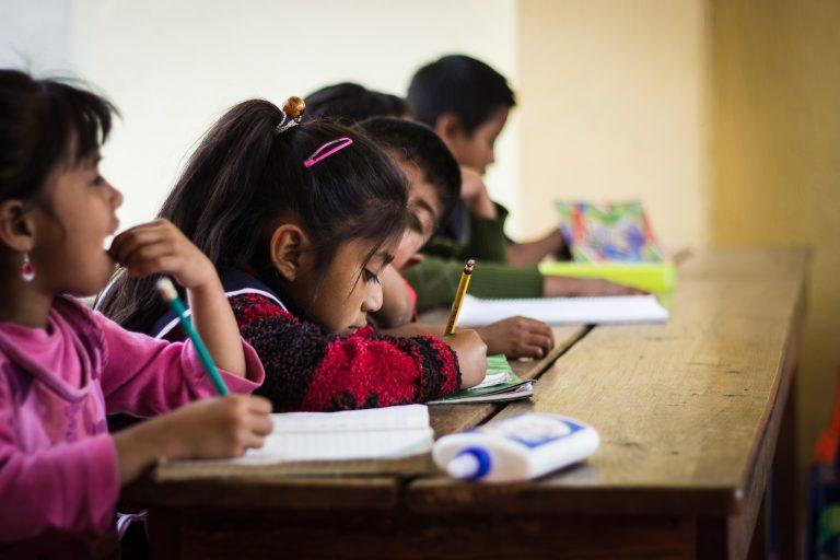 Kinder in Guatemala beim Hausaufgaben machen. Durch Bildung haben sie die Aussicht auf eine bessere Zukunft