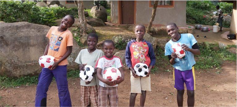 Schulkinder in Kenia mit Fußbällen